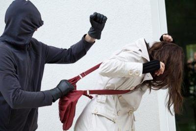 Новокузнечанка днём познакомилась с мужчиной, а вечером он проводил её до дома и ограбил