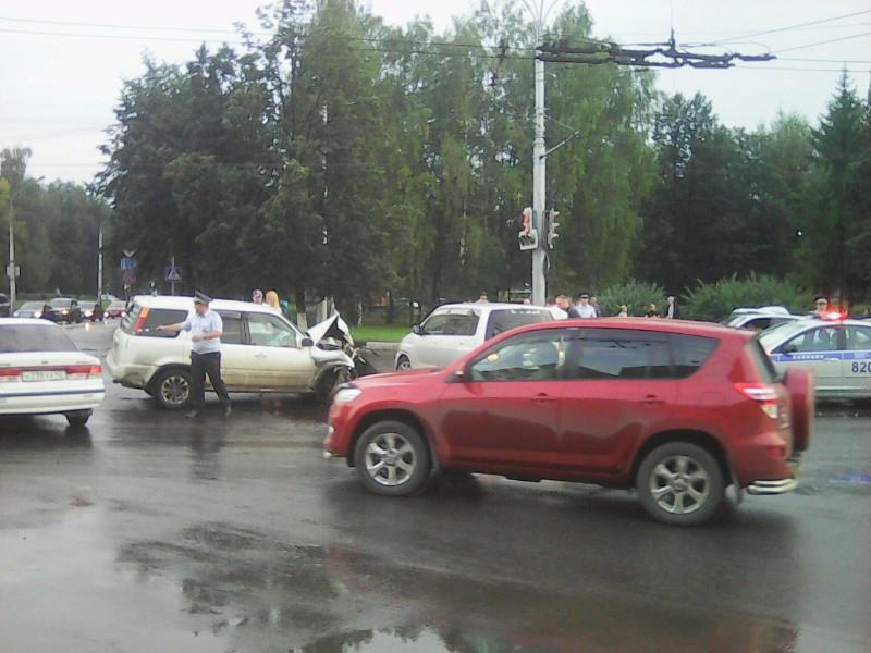 Видео: в Новокузнецке водитель выехал на перекрёсток на «красный свет» и устроил массовое ДТП