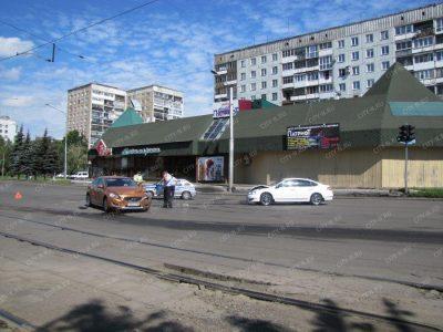 Фото: в Новокузнецке женщина за рулём Nissan устроила ДТП с двумя пострадавшими