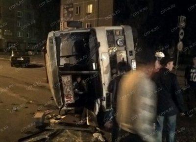 Фото: в Новокузнецке пьяный водитель Mitsubishi протаранил автобус, ПАЗ опрокинулся
