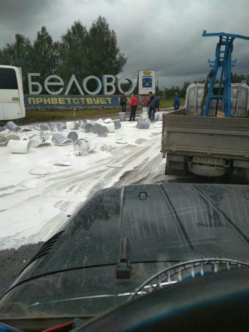 На въезде в Белово из грузовика выпали бочки с белой краской