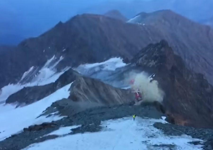 ВАльпах разбился прилетевший напомощь альпинисту спасательный вертолет