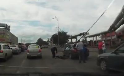 Видео: в Кемерове на Сибиряков-Гвардейцев водитель Chevrolet сбил мужчину