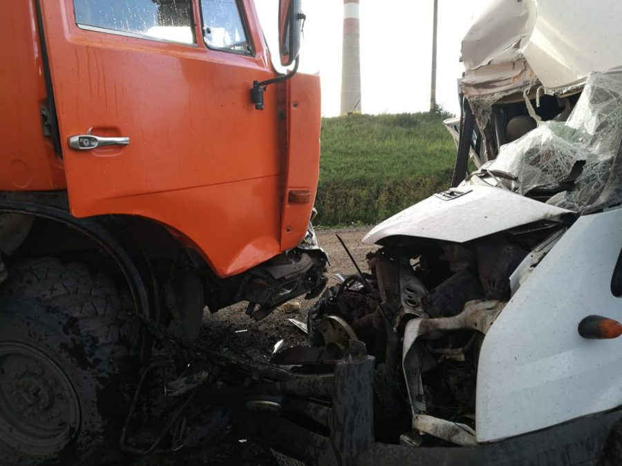 В Кемерове при столкновении «Форд Транзит» и «НефАЗ» пострадали два человека