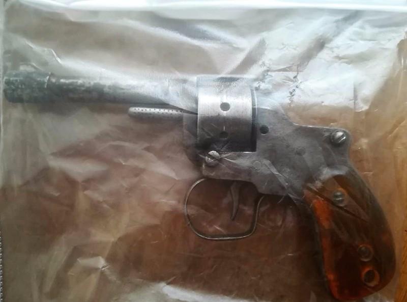 В Новокузнецке дворник ходил на работу с самодельным револьвером
