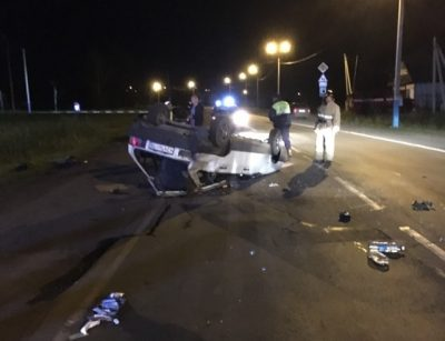 Фото: ночью в Кузбассе в результате опрокидывания ВАЗа пострадали двое человек