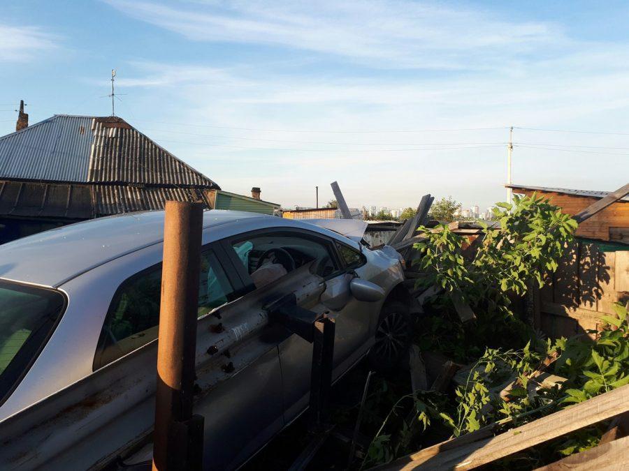 ВКемерове иностранная машина влетела взабор вчастного дома