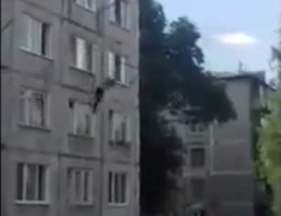 Сорвавшийся с высоты пятого этажа кемеровчанин скончался в больнице