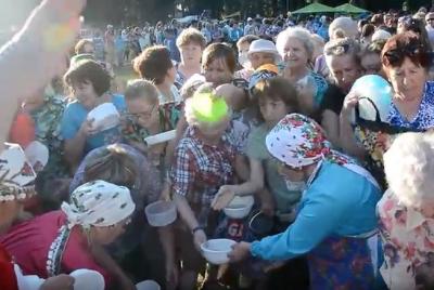 Видео: в Ижевске пенсионеры устроили давку из-за «волшебной» каши