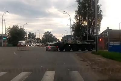 Опубликовано видео момента столкновения Kia и БТР в Кемерове