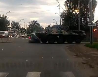 Сотрудники полиции проводят проверку по факту ДТП с участием БТР в Кемерове