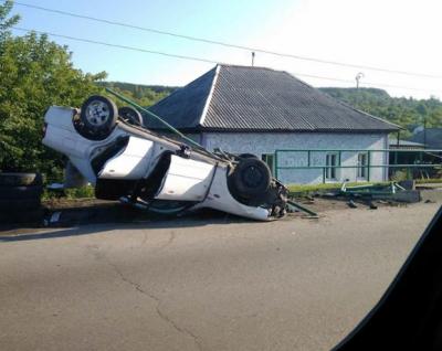 Фото: в Новокузнецке Mazda перевернулась и снесла ограждение
