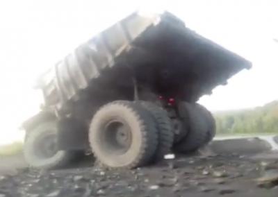 В Сети опубликовали видео со съехавшим в кювет БелАЗом в Кузбассе