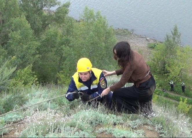 ВКемерове cотрудники экстренных служб сняли соскалы любительницу эффектных селфи