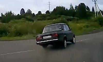 Видео: в Кузбассе водитель ВАЗа с беременной пассажиркой устроил гонки с полицией