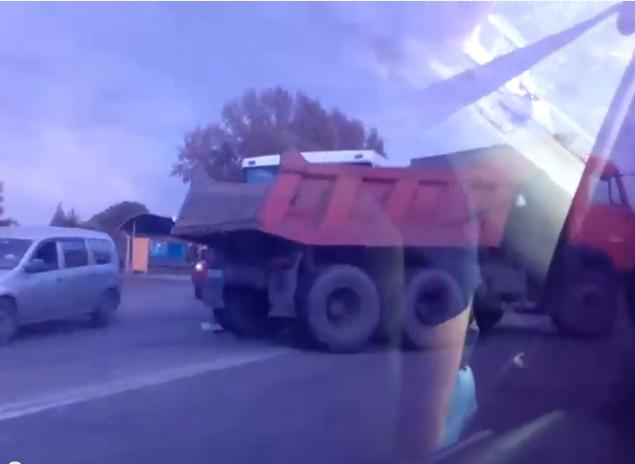 В Новокузнецке при столкновении КамАЗа и пассажирского автобуса пострадали ребёнок и женщина