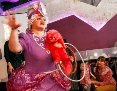 Кемеровские бизнесмены перекрасили кота в розовый цвет, чтобы показывать детям
