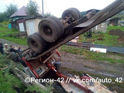В Кемерове при погрузке бетонной плиты перевернулся КамАЗ, пострадал водитель грузовика