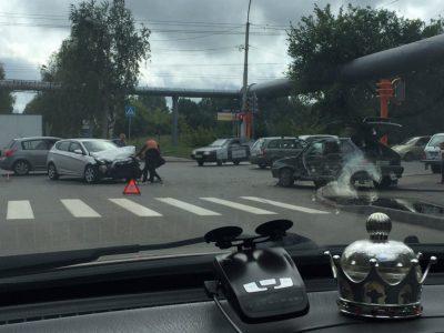 Фото: в Кемерове ВАЗ снёс дорожный знак после столкновения с Hyundai