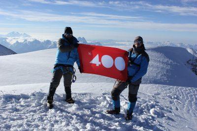 Кузбассовцы подняли на вершину Эльбруса флаг 400-летия Новокузнецка