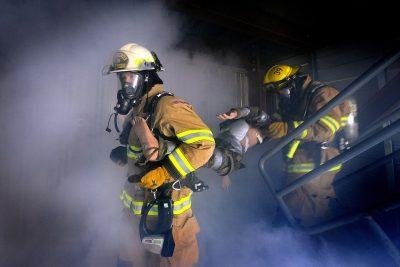 Кемеровские спасатели вывели из горящего дома восемь человек