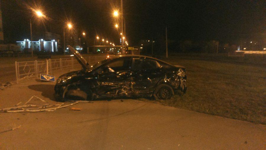 В Кемерове после ДТП водитель Kia Rio cнёс светофор, пострадал один человек