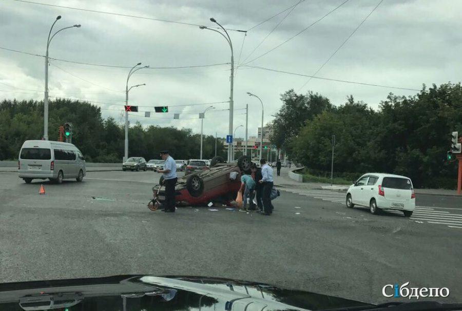 Иностранная машина Тойота перевернулась накрышу после ДТП вКемерове