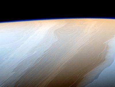 Фото: в NASA показали голубое свечение Сатурна