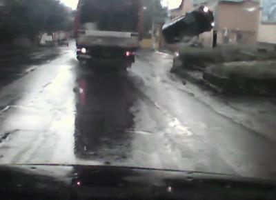 Видео: в Прокопьевске автомобиль сделал «сальто»
