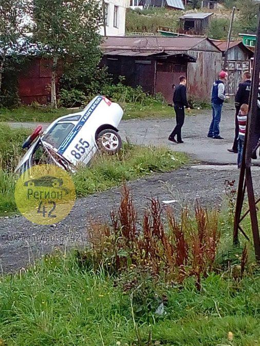 В Кузбассе патруль ДПС гнался за мотоциклистом и слетел в кювет