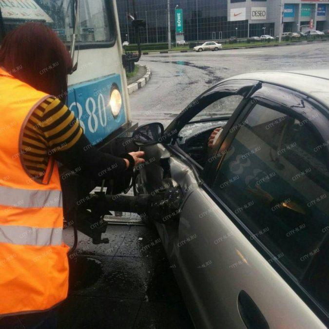 Видео: в Новокузнецке трамвай протаранил «легковушку»