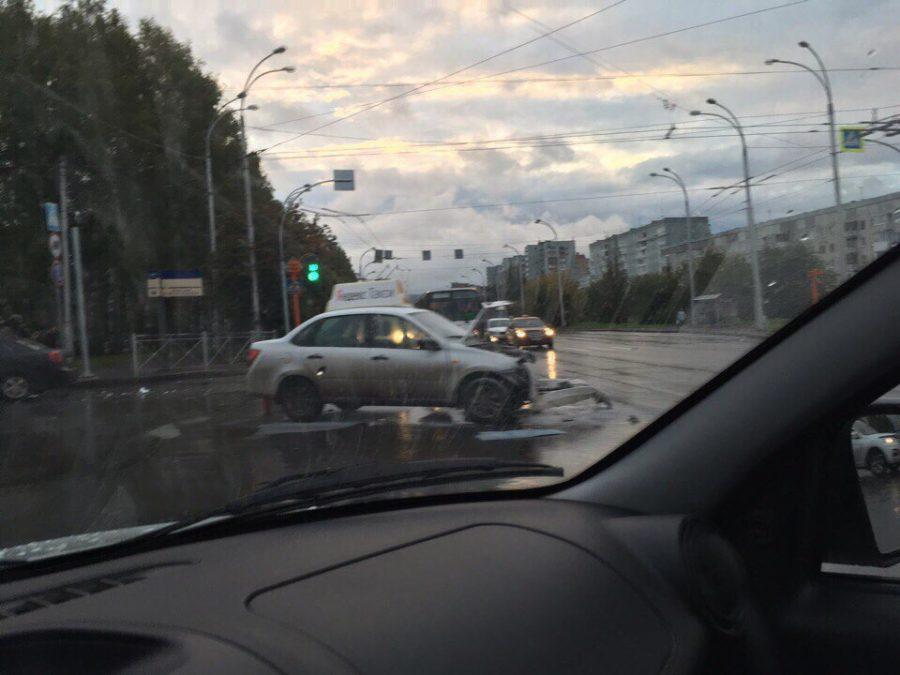 В Кемерове после ДТП загорелся автомобиль такси, пострадал один человек
