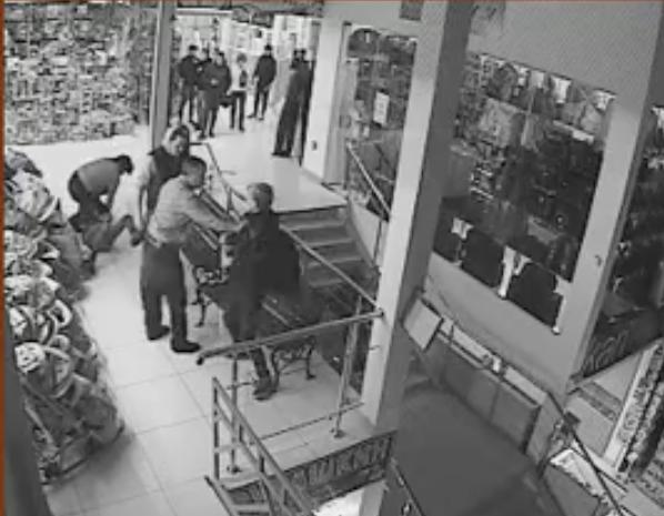 Конфликт между охранниками и подростками в кемеровском ТРК сняли камеры наблюдения