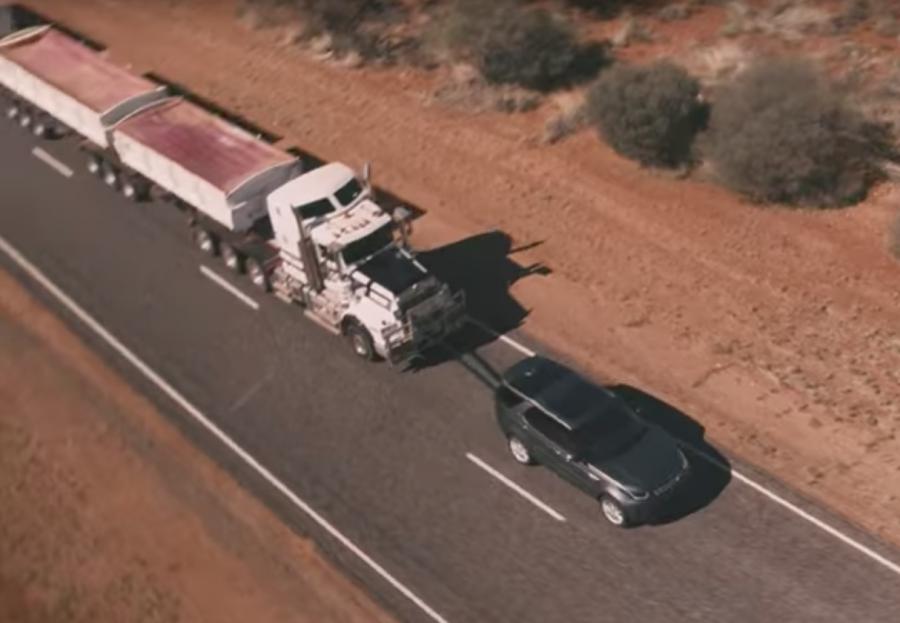 Видео: Land Rover Discovery отбуксировал 110-тонный автопоезд