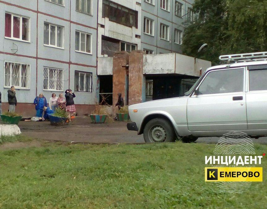 В Кемерове из окна третьего этажа выпал 30-летний мужчина