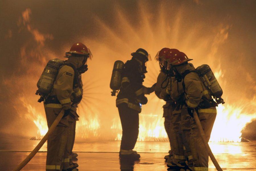 ВНовокузнецке пожарные спасли изгорящего дома 2-х человек