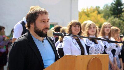 Депутат Госдумы Антон Горелкин подарил сельской школе учебники астрономии
