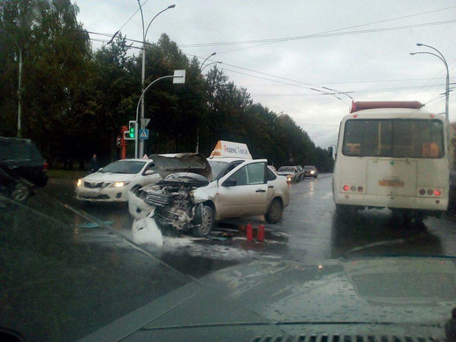 Фото: в Кемерове ДТП с участием автомобиля такси спровоцировало пробку
