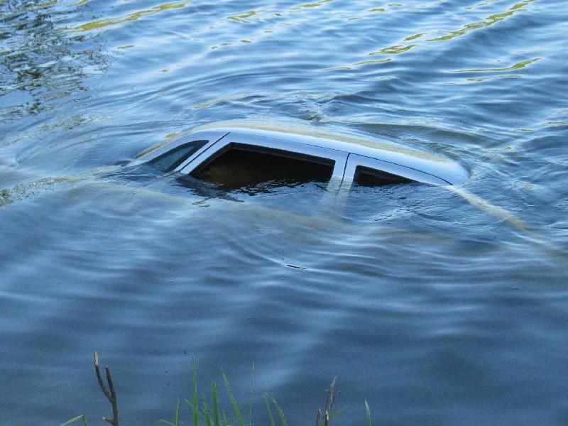 ВАнжеро-Судженске легковушка слетела сдороги вреку: шофёр потонул