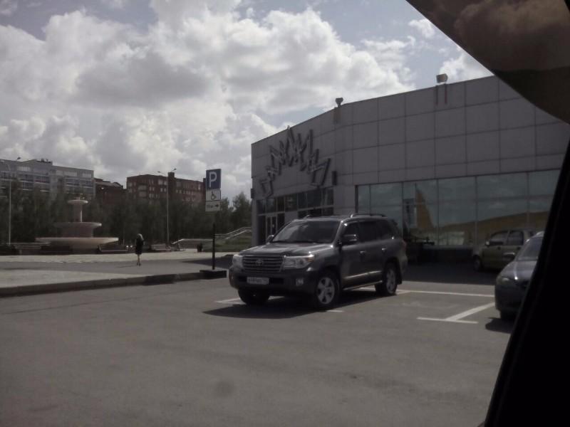 В Кемерове водитель Land Cruiser получил крупный штраф за парковку на месте для инвалидов
