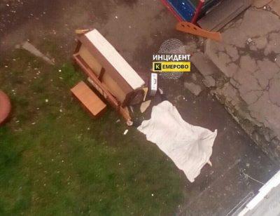 Смертельное падение кемеровчанина из окна 7 этажа попало на видео (18+)