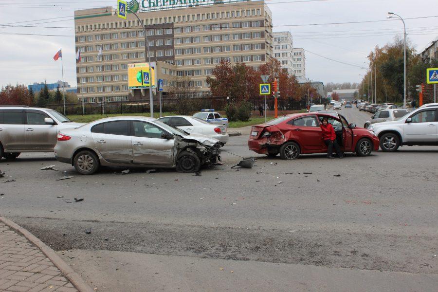 В Кемерове пьяный водитель Renault без прав во время погони протаранил четыре авто
