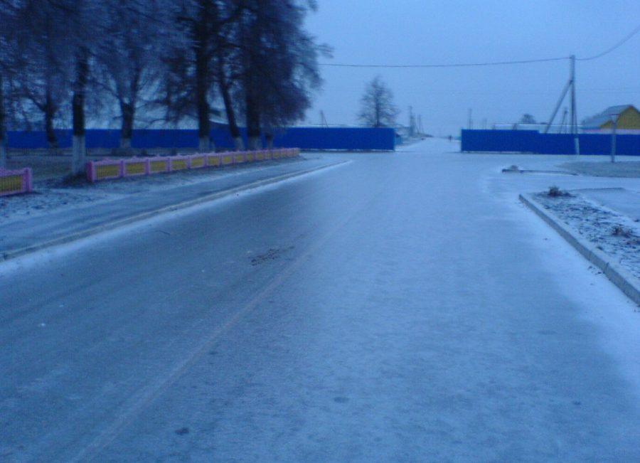 Наобработку кемеровских дорог ночью потратили 417 тонн противогололёдных материалов