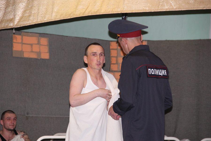 Громкая премьера: кузбасские осужденные сыграли спектакль «А поутру они проснулись»