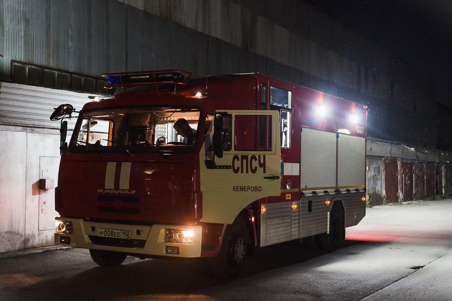 ВКемерове 7 спасателей тушили пожар вгрузовом автомобиле