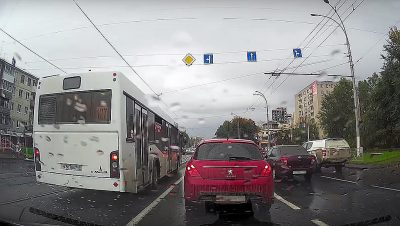Кемеровского водителя автобуса оштрафовали за езду по трамвайным путям