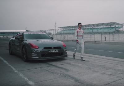 Видео: гонщик управлял суперкаром Nissan при помощи геймпада от PS4