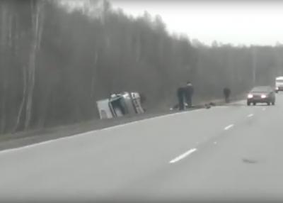 Видео: в Кузбассе трассе грузовик упал на бок после столкновения с ВАЗом