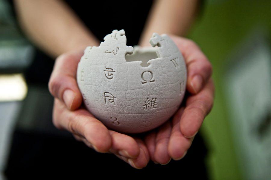 Основатель «Википедии» будет сражаться сфейками