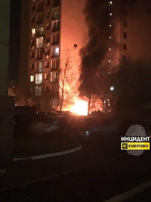 В Кемерове на Ленина подожгли Toyota Land Cruiser